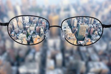 Simple focus lens